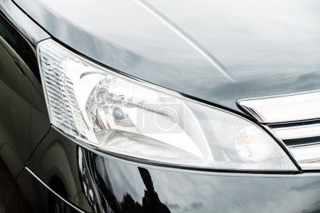 Photo pour Point de mise au point sélectif sur la voiture phare - image libre de droit