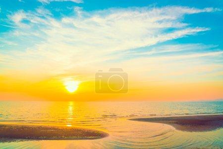 Photo pour Beau coucher de soleil sur la mer au crépuscule, filtre vintage - image libre de droit