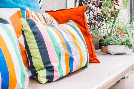 Photo pour Terrasse extérieure patio exterieur décoration coussins colorés de filtrent la lumière maison, Vintage - image libre de droit