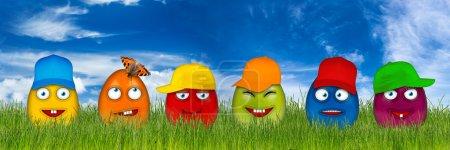 Photo pour Oeufs de Pâques colorés avec des visages drôles isolés devant le ciel bleu - image libre de droit