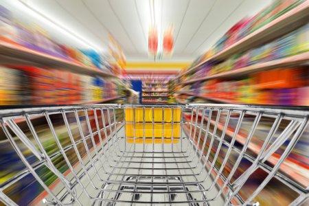 Photo pour Panier d'achat rapide au supermarché - image libre de droit