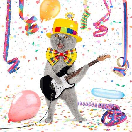 Photo pour Chat avec guitare au milieu des confettis et streamer - image libre de droit