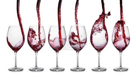 Photo pour Rangée de verres avec vin rouge - image libre de droit