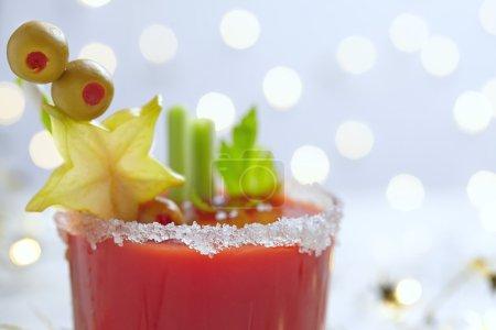 Photo pour Le Cocktail Bloody Mary avec olives pour Noël - image libre de droit
