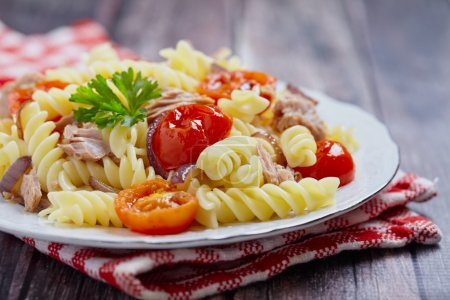 Photo pour Pâtes rotini ou fusilli sain thon et tomate - image libre de droit