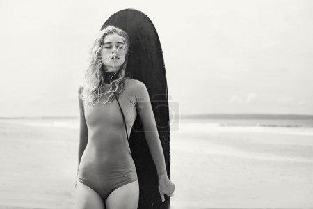 Photo pour Surfeur calme fille avec les yeux fermés, noir et blanc - image libre de droit