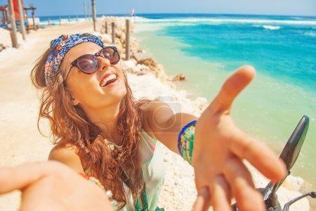 Foto de Selfie con estilo en una playa mientras se monta en una moto - Imagen libre de derechos
