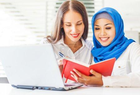 Femmes travaillant ensemble