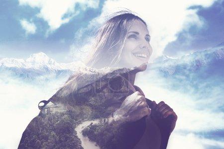 Photo pour Effet multi exposition du portrait de femme à moitié transparent sur les montagnes - image libre de droit