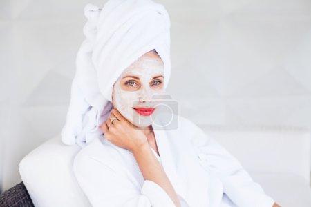 Photo pour Femme faisant masque facial à la maison - image libre de droit