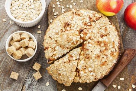 Photo pour Gâteau à l'avoine diète avec pomme sur la table - image libre de droit