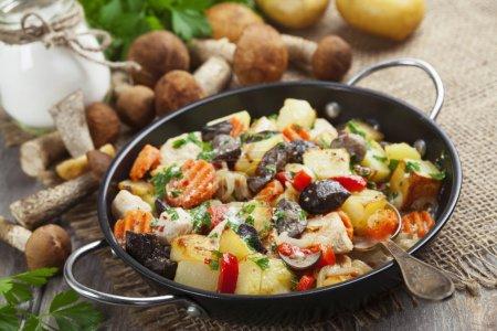 Photo pour Poulet rôti avec pommes de terre et champignons dans une poêle à frire - image libre de droit