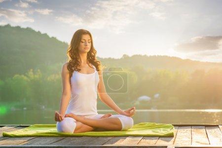 Photo pour Jeune femme faire Yoga - détente dans la nature - image libre de droit
