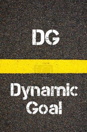 Photo pour Image conceptuelle de l'acronyme d'entreprise DG Dynamic Objectif écrit sur le marquage routier ligne de peinture jaune - image libre de droit