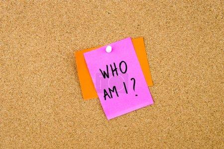 Photo pour Qui suis j'ai écrit sur papier note a effectué le tombé sur planche de Liège avec punaise blanche, copie espace disponible - image libre de droit