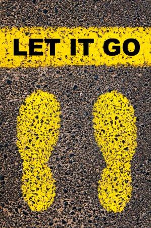 Photo pour Laissez passer le message. Image conceptuelle avec des traces de peinture jaune sur la route en face de la ligne horizontale sur fond de pierre d'asphalte . - image libre de droit