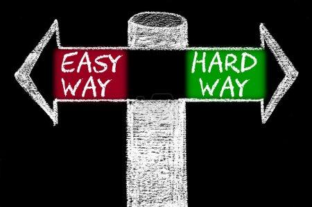 Photo pour En face des flèches avec Easy Way contre Hard Way - image libre de droit