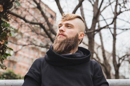 Photo pour Jeune homme barbu élégant posant dans un contexte urbain - image libre de droit