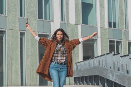 Photo pour Belle fille aux cheveux longs posant dans un contexte urbain - image libre de droit