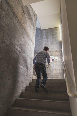 Kerl klettert die treppe bei ventura lambrate space während milan d