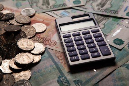 Photo pour Une poignée de roubles russes avec calculatrice gros plan - image libre de droit