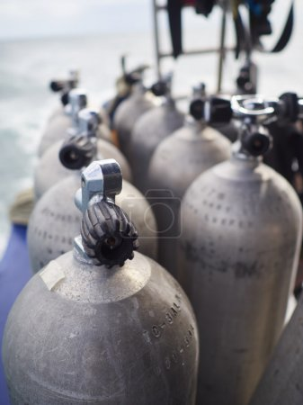 Photo pour Rangée de réservoirs à bœufs pour la plongée sous-marine . - image libre de droit