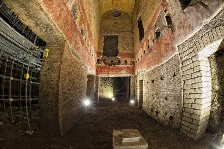 Photo pour Domus Aurea explorant les ruines romaines antiques en cours de restauration - image libre de droit
