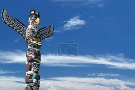 Photo pour Poteau en bois totem isolé dans le fond bleu nuageux - image libre de droit