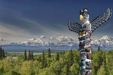 Photo pour Totems bois isolé au fond de la montagne bleue - image libre de droit