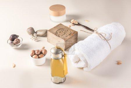 Photo pour Composition de fruits de l'arganier, graines, huile, crème et du savon pour soins de la peau - image libre de droit