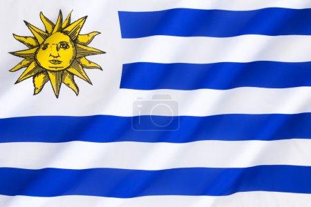 Photo pour Drapeau de l'Uruguay - Adopté pour la première fois le 16 décembre 1828, avec 17 rayures jusqu'au 11 juillet 1830, date à laquelle une nouvelle loi réduisit le nombre de rayures à neuf. Le drapeau arbore le soleil de mai, emblème national de l'Uruguay et de l'Argentine. . - image libre de droit