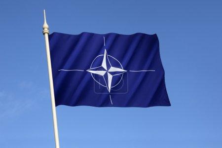 Photo pour Drapeau de l'Organisation du Traité de l'Atlantique Nord (OTAN) - Adopté trois ans après la création de l'Organisation, il est le drapeau de l'OTAN depuis octobre 1953 . - image libre de droit