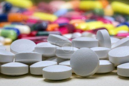 Photo pour Médecine - pilules et comprimés utilisés dans le traitement de la maladie . - image libre de droit