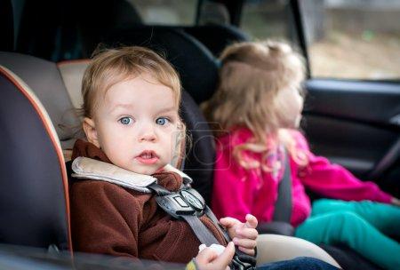 Foto de Niños pequeños en los asientos en el coche - Imagen libre de derechos