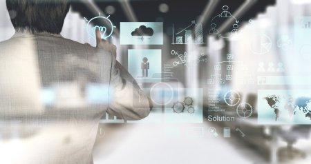 Photo pour Main d'homme d'affaires travaillant avec la technologie moderne et effet couche numérique comme concept de stratégie d'entreprise - image libre de droit