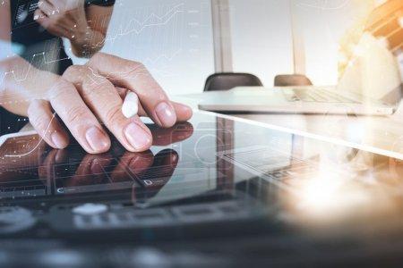 Photo pour Homme d'affaires travaillant avec tablette numérique et téléphone intelligent et ordinateur portable avec effet couche de stratégie commerciale numérique sur bureau en bois comme concéder - image libre de droit