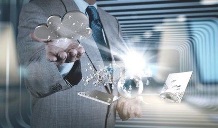 Photo pour Main d'homme d'affaires travaillant avec la technologie moderne et l'effet de couche numérique comme concept de stratégie d'entreprise - image libre de droit