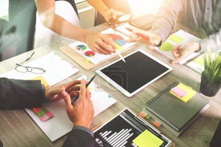 Photo pour Main designer travaillant avec digital tablette et ordinateur portable ordinateur et livre pile et yeux verre sur le bureau en bois comme concept - image libre de droit