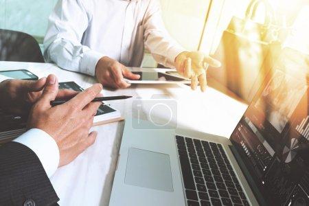 Foto de Reunión del equipo de negocios presente. Inversor profesional fotográfico que trabaja con un nuevo proyecto de startup. Tableta digital ordenador portátil de diseño de teléfonos inteligentes utilizando, Sun flare effec - Imagen libre de derechos