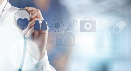 Photo pour Médecin main de médecin travaillant avec l'interface informatique moderne comme concept médical - image libre de droit