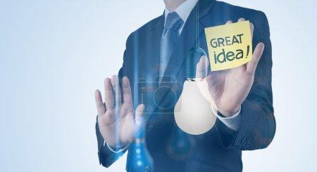 Double exposition de main d'homme d'affaires travaillant avec ampoule 3d un