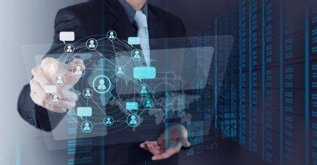 Foto de Empresario trabaja con nueva computadora moderna Mostrar estructura de red social como concepto - Imagen libre de derechos