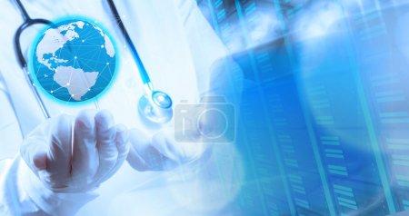 Foto de Doble exposición del médico inteligente que sostiene el mundo con quirófano como concepto - Imagen libre de derechos