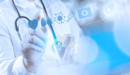 Photo pour Succès médecin intelligent travaillant avec salle d'opération comme concept - image libre de droit