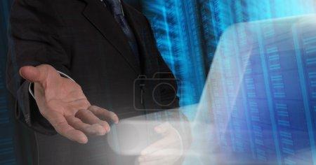 main d'homme d'affaires en appuyant sur un bouton tactile sur serveur backgro