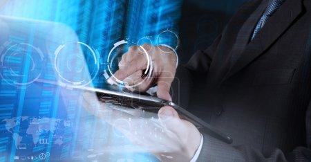 Photo pour Homme d'affaires montre une technologie moderne comme concept - image libre de droit