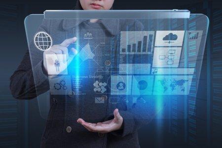 Photo pour Main de femme d'affaires travaillant avec un nouvel ordinateur moderne et la stratégie d'entreprise comme concept - image libre de droit