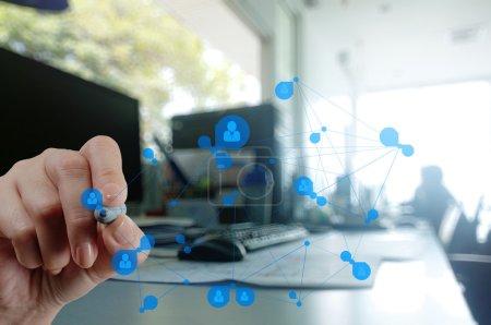 Photo pour Main d'homme d'affaires travaillant avec le nouvel ordinateur moderne montrer la structure du réseau social comme concept - image libre de droit