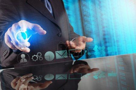 Photo pour Homme d'affaires toucher main stratégie d'entreprise créative avec ampoule comme concept - image libre de droit