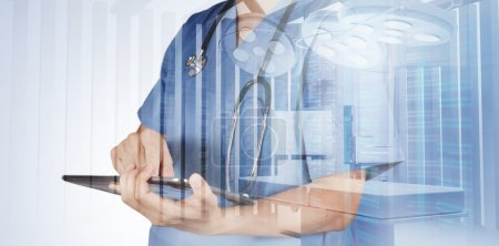 Photo pour Double exposition du médecin intelligent travaillant avec la salle d'opération comme concept - image libre de droit